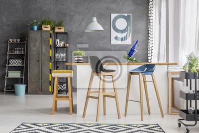 Drewniane stołki barowe w kuchni
