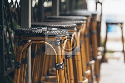 Drewniane stołki barowe z rzędu. Restauracja uliczna