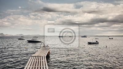 Drewniany molo przy wybrzeżem Mallorca, koloru tonowanie stosować, Hiszpania.
