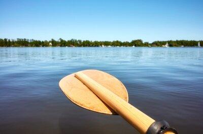 Drewniany paddle nad wodą, selekcyjna ostrość.