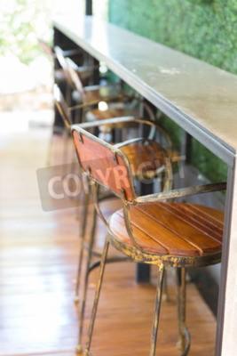drewniany stołek barowy w kawiarni