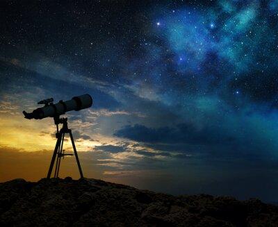 Obraz Droga mleczna o świcie i sylwetkę teleskopu
