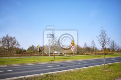 Droga z znakami ograniczenia prędkości 50 km na godzinę.