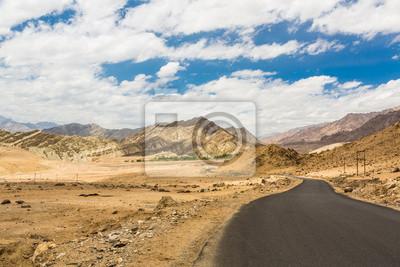 Drogi z Leh w Ladakh w pobliżu Indii