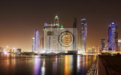 Dubai nabrzeża skyline w nocy, Zjednoczone Emiraty Arabskie.