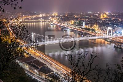 Dunaj przejazdem Budapeszcie, z jego charakterystycznych mostów