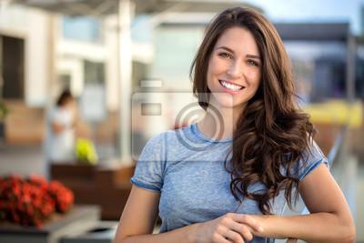 Obraz Duże jasne headshot biały uśmiech z pięknej kobiety brunetka szczere szczęśliwy wesoły pozytywne wypowiedzi