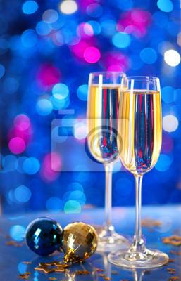 Dwa kieliszki do szampana z wystrojem Boże Narodzenie.