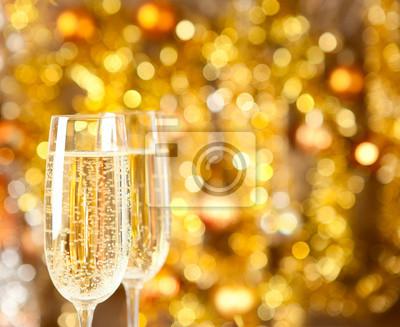 Dwa kieliszki do szampana ze świateł w tle.