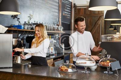 Obraz Dwa małe właściciel firmy pracuje w kawiarni prepaing kawę