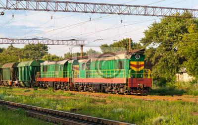 Dwa manewrowych z pociągiem towarowym na stacji
