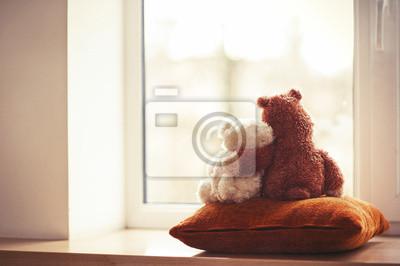 Obraz Dwa obejmującego pluszowe zabawki miś siedzi na parapecie