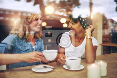 Obraz Dwa wielo etniczne przyjaciół korzystających kawę
