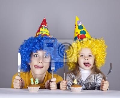 Dwa zabawne siostry czterech i osiemnastu lat