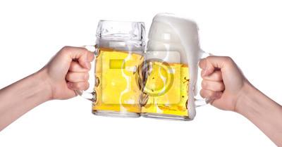 dwie ręce gospodarstwa piwa podejmowania toast