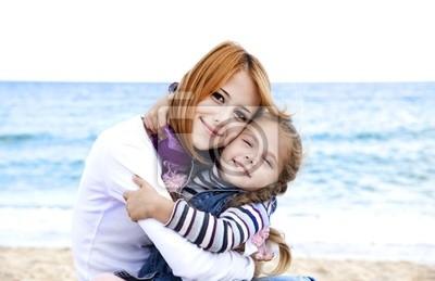 Dwie siostry, 5 i 22 lat na plaży w słoneczny dzień jesieni