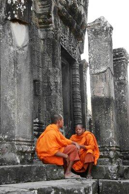 Obraz dwóch młodych mnichów na tle świątyni