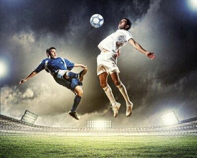 Obraz dwóch piłkarzy uderzając piłkę