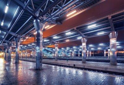 Obraz Dworzec kolejowy w nocy. Platforma kolejowa we mgle. Railroad