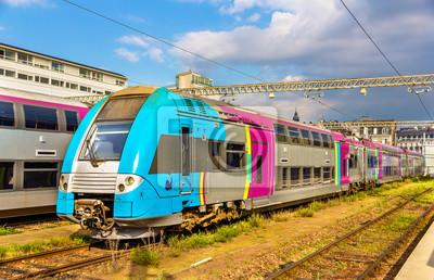 Dwupokładowy pociągów regionalnych na stacji Tours - Francja