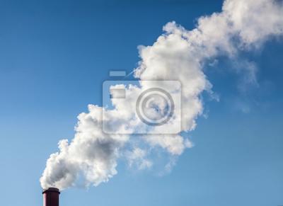 Dym z komina przemysłowego na jasnego nieba.