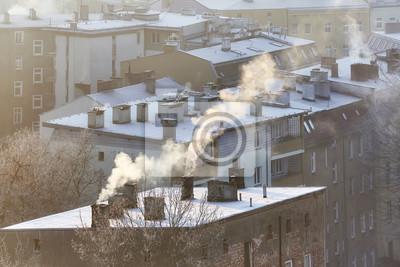 Dymiące kominy w Szczecinie o wschodzie słońca wskazują na spalanie drewna i węgla w starych domowych systemach grzewczych. Mieszkańcy wielu polskich miast skarżą się na rosnące problemy zdrowotne zwi