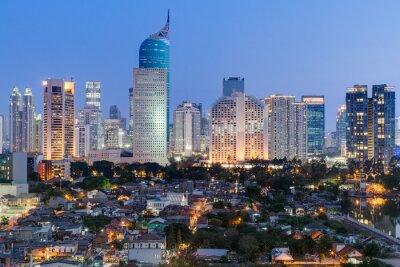 Dżakarta downtown skyline z wieżowców na zachód słońca