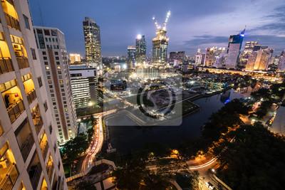 Dżakarta linia horyzontu przy nocą w Indonezja