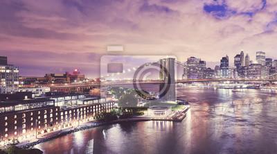 Dzielnica Dumbo i Most Brookliński w nocy, kolor stonowanych obraz, Nowy Jork, USA.