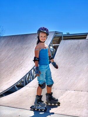 Obraz Dziewczyna jazda na rolkach w skateparku.