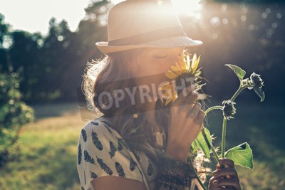 Obraz Dziewczyna pachnie słonecznika w przyrodzie