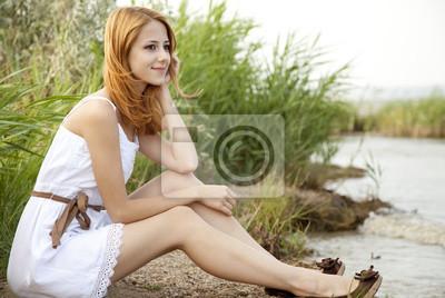 Dziewczyna Redhead na zewnątrz.