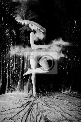 Obraz Dziewczyna tancerka skoków i taniec do białego pyłu z mąki na