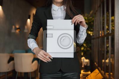 Obraz dziewczyna trzyma w ręku model magazynu w formacie A4