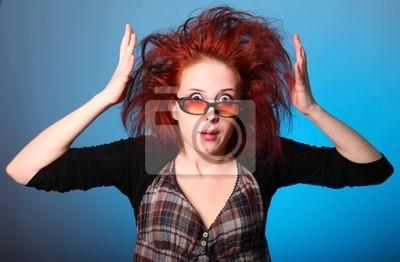 Dziewczyna z hodowca włosów w panice