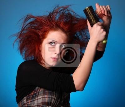 Dziewczyna z hodowca włosów w panice próbują czesanie własne włosy