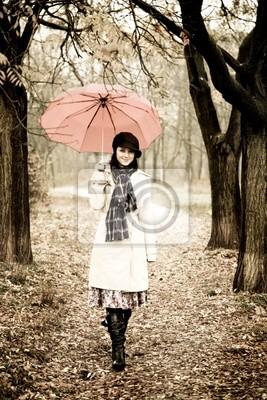 Dziewczyna z parasolem w parku w deszczowy dzień. Zdjęcia w stylu vintage