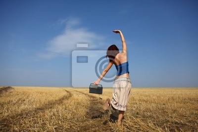 Dziewczynka tańczy w polu