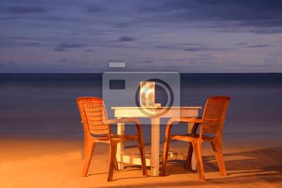 Dzikie piękne plaże Sri Lance w nocy. Stół z krzesłami i świec.