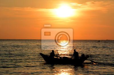 Dzikie piękne plaże Sri Lanki. Złoty tropikalnych słońca. Sylwetka rybaków na horyzoncie.