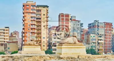 Egipskie statuy w antycznym miejscu Serapeum, Aleksandria, Egipt
