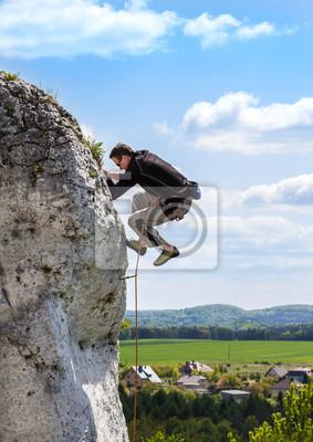 Ekstremalne wspinaczki, człowiek na naturalnej ścianie z nieba.