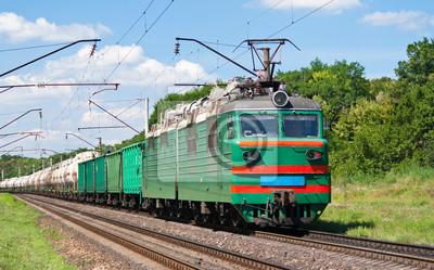 Elektryczna lokomotywa pcha pociąg towarowy