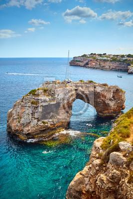 Es Pontas, naturalny łuk w południowo-wschodniej części Majorki, Hiszpania.