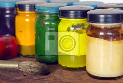 Farby Olej z farby pędzel / olej z pędzla na tle drewna, wybranego naciskiem na żółtej butelce.