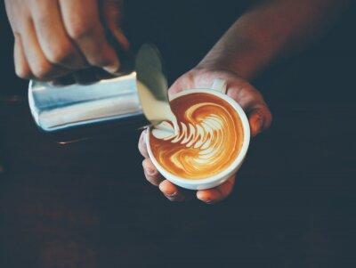 Obraz filiżanka kawy latte w kawiarni sztuki
