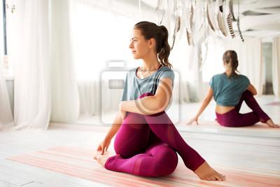 Obraz fitness, sport i koncepcja zdrowego stylu życia - kobieta robi ćwiczenia jogi w studio