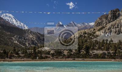Flagi modlitewne nad górskim jeziorem w Annapurna Okręgowego szlaku, Nepa
