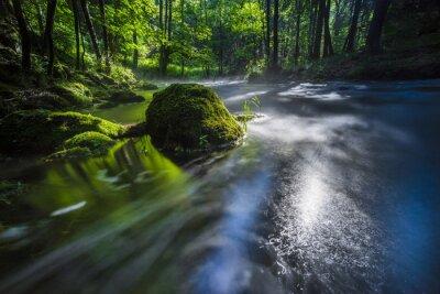 Obraz Fluss mit abziehenden Nebel und Lichtreflexen bei Langer Belichtung