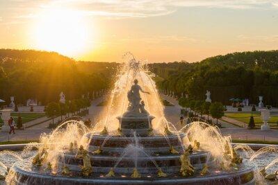 Obraz Fontaine de Versailles sur un coucher de soleil